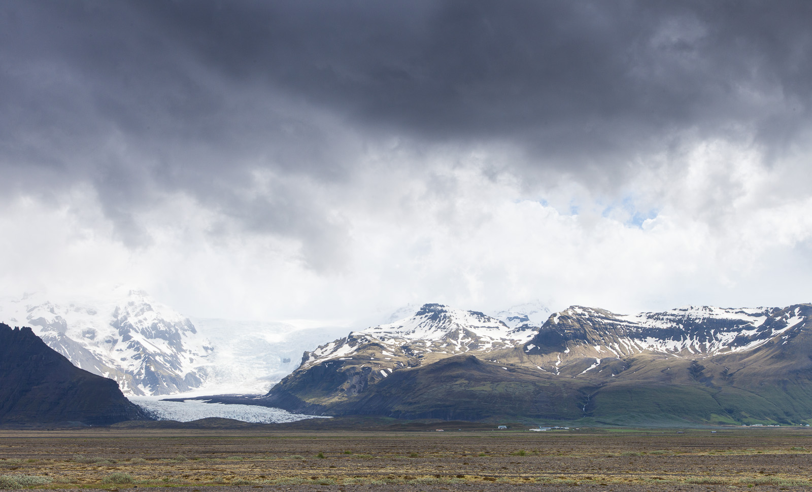 From a distance you get a real sense of the scale of Vatnajökull - Svinafellsjokull is a relatively small glacial tongue.